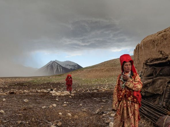 kyrgyz-girls-paley_65146_990x742